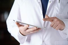 一个人的片段医生的外套的 免版税库存图片