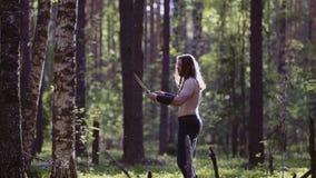 一个人的特写镜头有长发和胡子的 他在有他的闭上的眼睛的森林中间站立 集中的片刻 影视素材