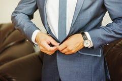 一个人的特写镜头射击在礼服穿戴了 免版税库存照片