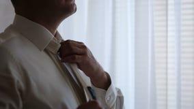 一个人的特写镜头调直他的领带 股票录像