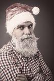 一个人的特写镜头画象有圣诞老人盖帽和冻胡子的 免版税图库摄影