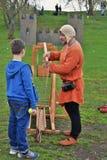 一个人的画象历史服装的,他显示中世纪比赛给男孩 免版税库存图片