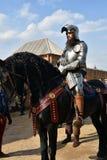 一个人的画象历史服装的,他骑一匹黑马 免版税图库摄影