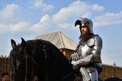 一个人的画象历史服装的 他骑马 免版税库存照片