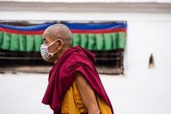 一个人的画象在加德满都街道上的在佛教寺庙附近的 免版税库存图片