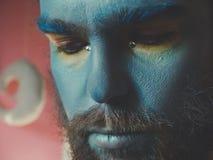 一个人的画象有蓝色构成的在他的面孔 演出构成,象外籍人,幻想 库存图片