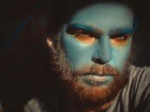 一个人的画象有蓝色构成的在他的面孔 演出构成,象外籍人,幻想 库存照片