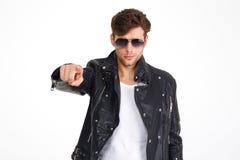 一个人的画象皮夹克和太阳镜的 免版税库存图片