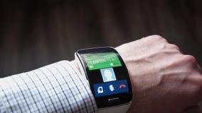 一个人的胳膊有一块巧妙的手表的 股票视频