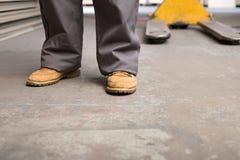 一个人的脚和腿在仓库里 图库摄影