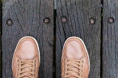 一个人的腿和鞋子的顶视图 街道穿戴概念 库存照片