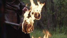 一个人的英尺长度装甲的在他的手上的拿着两个火炬 股票视频
