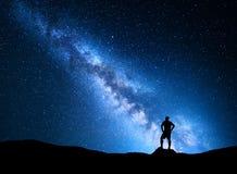一个人的银河和剪影 背景美好的图象安装横向晚上照片表使用 库存图片