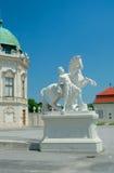 一个人的雕塑有马的在上部眺望楼,维也纳, Aust附近 免版税库存图片