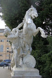 一个人的雕象有一匹马的在自然历史博物馆和艺术史博物馆附近在维也纳,奥地利 免版税图库摄影