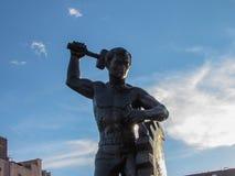 一个人的雕象,工作的纪念碑 免版税图库摄影
