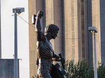 一个人的雕象,工作的纪念碑 库存图片