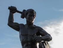 一个人的雕象,工作的纪念碑 库存照片