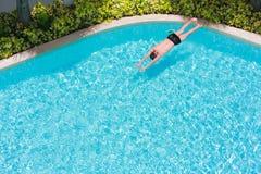 一个人的顶视图游泳池的 免版税图库摄影