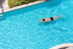 一个人的顶视图游泳池的 库存图片