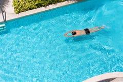 一个人的顶视图游泳池的 免版税库存照片