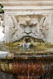 以一个人的头的形式大理石喷泉在别墅Borghese,罗马庭院里, 免版税图库摄影