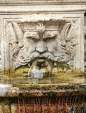 以一个人的头的形式大理石喷泉在别墅Borghese,罗马庭院里  图库摄影