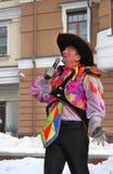 一个人的画象举行话筒讲话的狂欢节服装的 库存照片