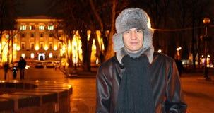 一个人的画象反对晚上城市的背景的 库存照片