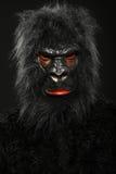 一个人的画象有大猩猩服装的 免版税库存照片