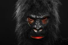 一个人的画象有大猩猩服装的 免版税库存图片