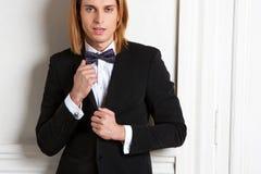 一个人的画象有长的头发的在一件经典礼服 库存照片