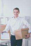 一个人的画象有移动的箱子和其他材料的在白色 库存照片
