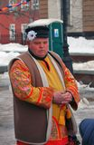 一个人的画象站立在街道上的全国服装的 免版税库存图片