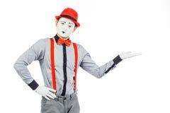 一个人的画象,艺术家,小丑, MIME 展示某事,隔绝 免版税库存照片