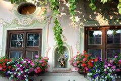 一个人的Windows小雕象服装的在上阿玛高在德国 免版税库存图片