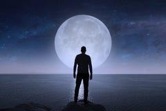 一个人看星和月亮 免版税库存照片