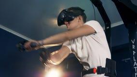 一个人移动他的手,当夸大在VR设备,关闭时 股票录像
