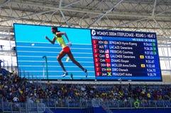 一个人穿上了鞋子埃赛俄比亚的障碍赛者Etenesh Diro 免版税图库摄影