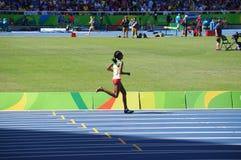 一个人穿上了鞋子埃赛俄比亚的障碍赛者Etenesh Diro 库存照片