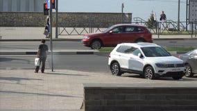 一个人站立在一条行人交叉路 股票录像