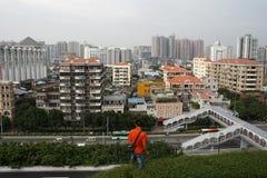 一个人站立在屋顶上面的边缘在广州 图库摄影