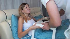 一个人给他心爱的妇女在床上带来一顿可口和开胃早餐 股票视频