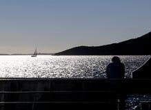 一个人观察海 库存照片