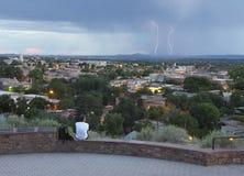 一个人观看从堡垒玛西公园的一场闪电风暴 库存照片