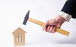 一个人触击与锤子wh的一个微型木房子 库存照片