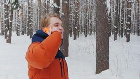 一个人谈话在电话在慢动作的公园 股票录像