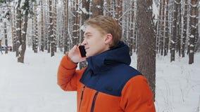 一个人谈话在电话在慢动作的公园 股票视频