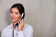 一个人谈话在电话 免版税库存照片