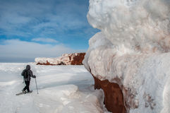 一个人走与snowshoeing 库存图片